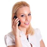 Blonde Frau telefoniert mit einem Handy